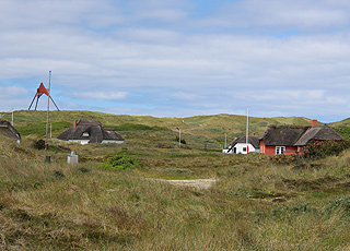Sommerhusene i Vedersø Klit ligger lige bag strandens høje klitter og sømærket