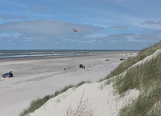 En sommerdag på den brede sandstrand med høje klitter i Vejers