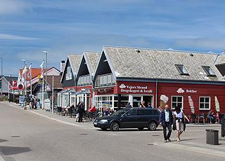Den stemningsfulde kystby Vejers byder på flere spisesteder og butikker