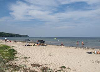 Badegæster på den dejlige sandstrand i sommerhusområdet Vejlby Fed