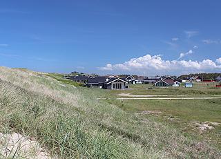 Lige bag strandens høje klitter i Vejlby Klit ligger det hyggelige sommerhusområde