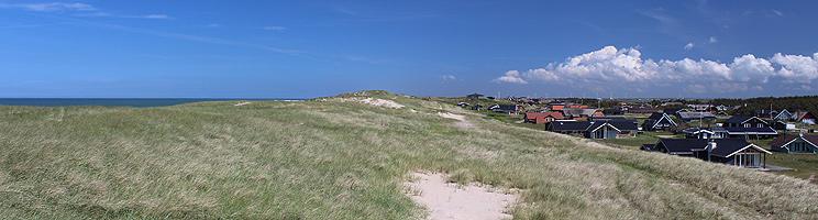 Sommerhusene i Vejlby Klit er beliggende lige bag strandens høje klitter
