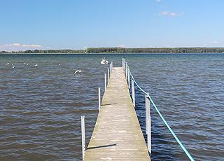 Langer Badesteg an der Küste vom Ferienhausgebiet Vemmenæs