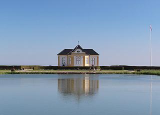 Det smukke Valdemars Slot ligger kun få kilometer fra ferieområdet Vemmenæs