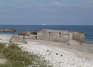 Bunkerne ligger i vandkanten ved stranden i Vigsø