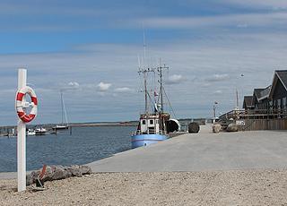 Gemütlicher Hafen mit Fischer-, Motor- und Segelbooten im Urlaubsgebiet Vinderup
