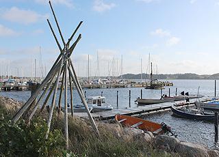 I den hyggelige havn i Virksund ligger fiskerbåde og lystbåde side om side