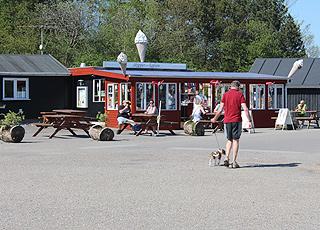 Hyggelige spisesteder og iskiosker på havnen i Virksund