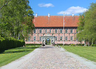Das imposante Schloss Voergaard Slot bei Voerså