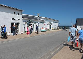 Museer og butikker i Vorupør på vejen, der fører ned til stranden