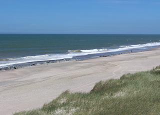 Vrist byder på en bred sandstrand med høje klitter