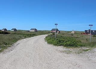 Velbeliggende sommerhuse, lige bag stranden i Vrist