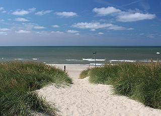 Die jütländische Nordseeküste bietet herrliche Sandstrände mit Dünen und klarem Badewasser