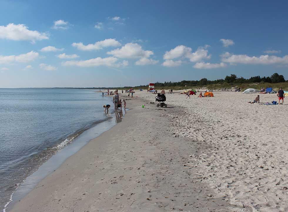 En sommerdag på den lange, børnevenlige sandstrand i ferieområdet Marielyst