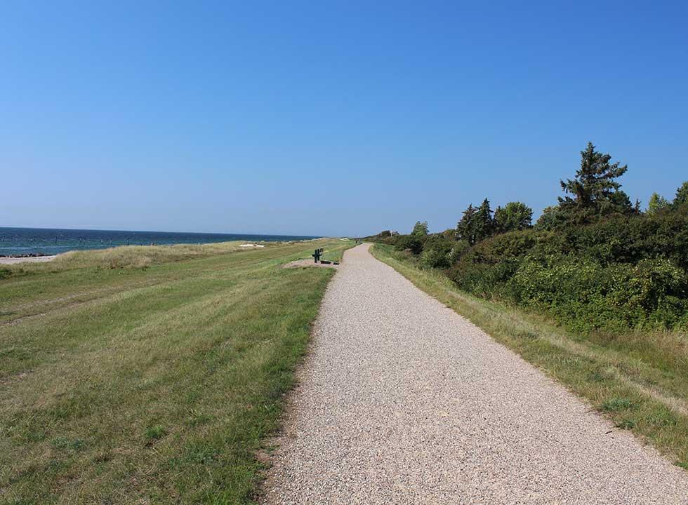 Der lange Deichpfad hinter dem Strand an der Südküste von Lolland