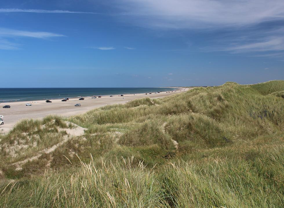Bred sandstrand og høje klitter i badebyen Rødhus
