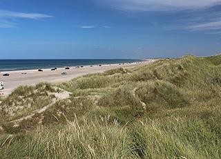 Breiter Sandstrand und hohe Dünen im Badeort Rødhus