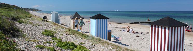 Ein Sommertag am schönen Badestrand mit charmanten Badehäusern in Rågeleje