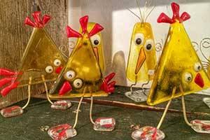 Glaskunst mit gelben Vögeln