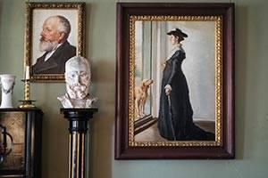 Udsnit af udstilling med skitser og malerier