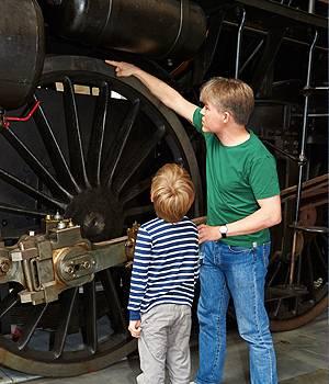 Far og søn ved lokomotiv på Danmarks Jernbanemuseum