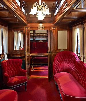 Royal togvogn med fine møbler på Danmarks Jernbanemuseum