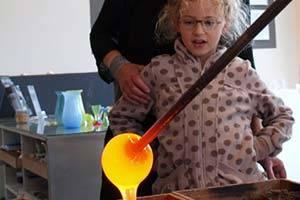 Barn ser glaskunst blive lavet