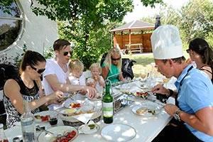 Familie spiser frokost udenfor