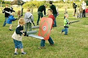 Kinder kämpfen mit Schwertern