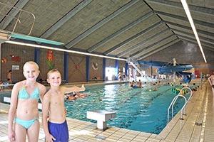 Twee kinderen en het 25-meterbad