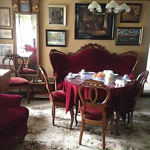 Fina, gamla möbler i vardagsrummet på Egnsmuseet Jacob Michelsens Gårdd