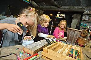 Drie meisjes in een werkplaats in het JyllandsAkvariet