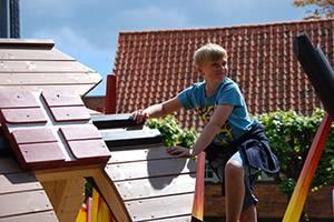 Dreng leger på legepladsen ved Køge Museum