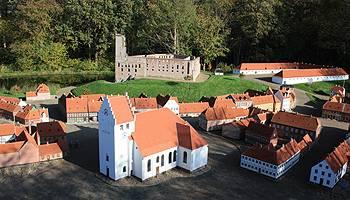 Koldinghus är omgiven av sjö, kyrka och hus