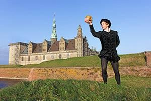 Kronborg mit Hamlet im Vordergrund