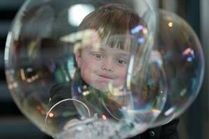 Jongetje achter zeepbellen