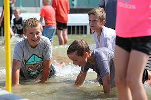 Jongens spelen in het zandbankbassin