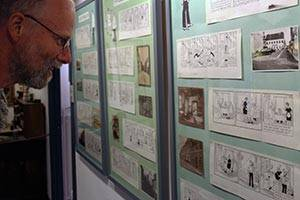 Museumsgæst kigger på udstilling