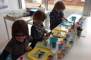 Børn deltager i glas-workshop