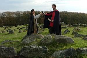 Vikingar skålar på Lindholm Høje