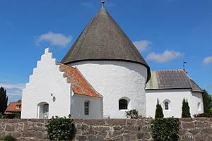 Die weißgekalkte Nyker Rundkirke ist eine von Bornholms vier berühmten Rundkirchen