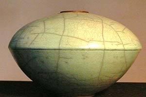 Vase shaped like a UFO