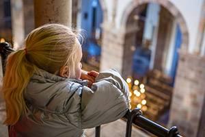 Flicka tittar ut över domkyrkan
