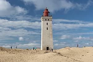Genießen Sie die Aussicht vom weißen Leuchtturm Rubjerg Knude Fyr beim Feriengebiet Lönstrup