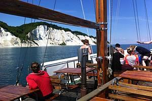 Discovery foran Møns Klint med turister ombord