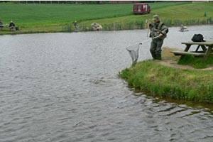 Lystfisker ved søen