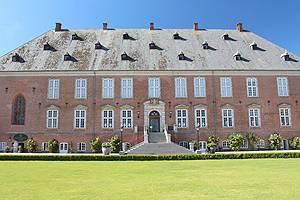 Erleben Sie Valdemars Slot mit den schönen Gebäuden, Museen und Café