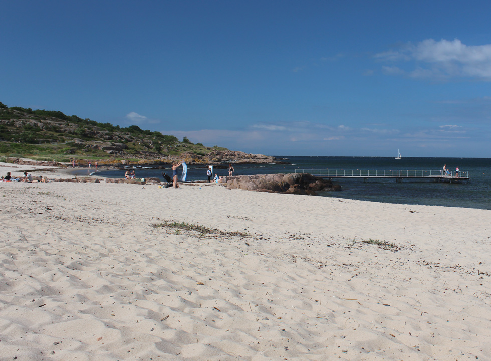 The lovely sandy beach with bathing jetty in Sandvig, 2 km from Allinge