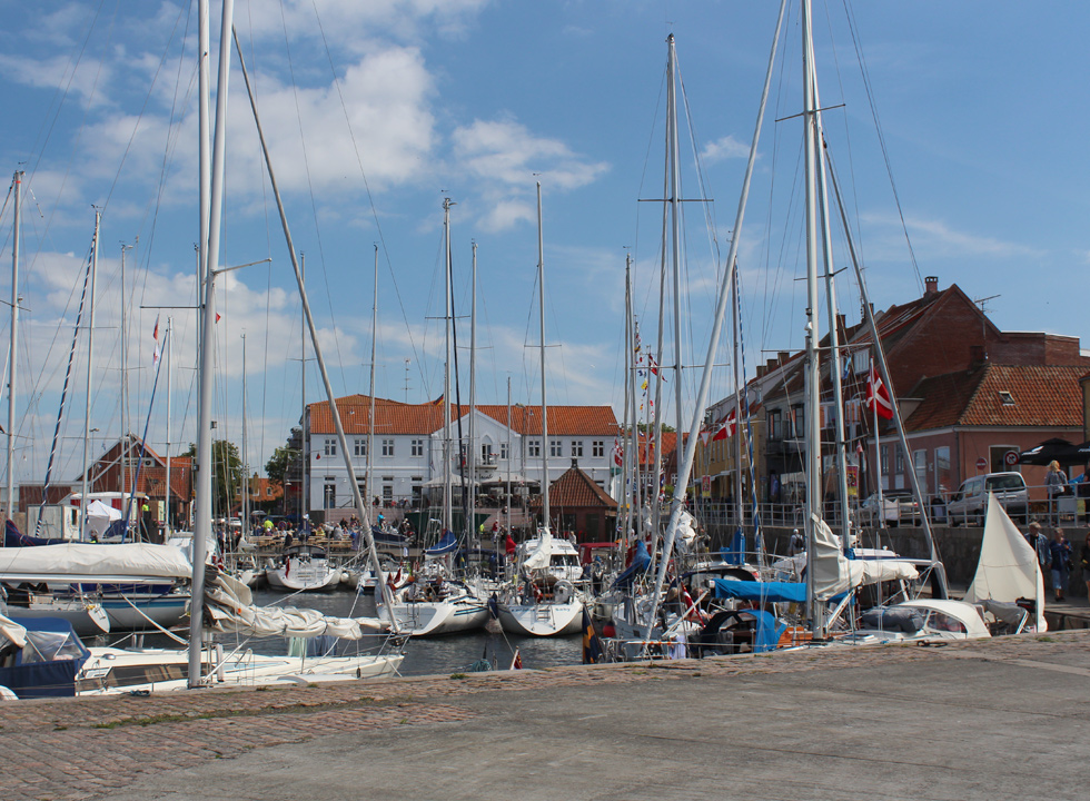 Around the cosy harbour in Allinge you will find shops and restaurants