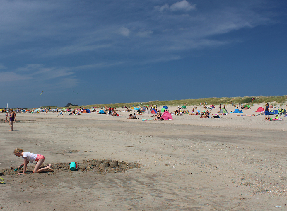 Relaxation and play on the wide sandy beach Hvidbjerg Strand in Blaavand